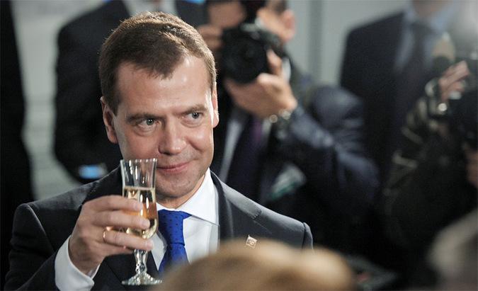 Медведев лишил чиновников заграничных вин
