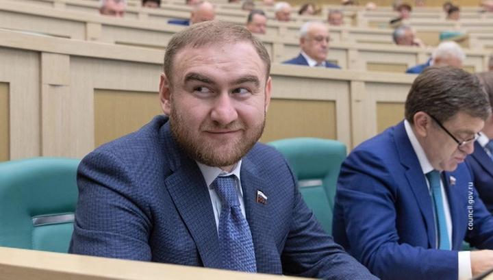 Комиссия Совета Федерации по контролю над доходами выступила за лишение арестованного Рауфа Арашукова статуса сенатора
