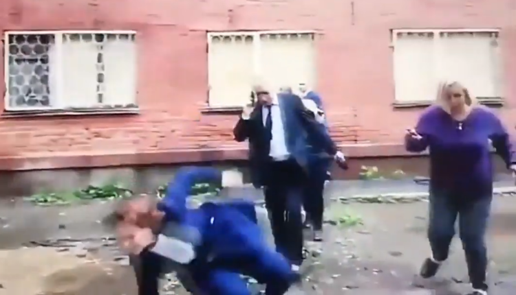 Мэр Омска свалилась в лужу во время обхода дворов. ВИДЕО