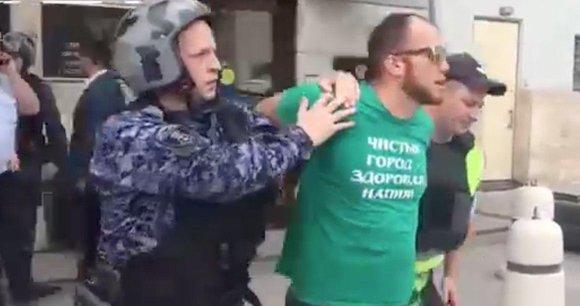 У здания Минстроя в Москве обманутый дольщик облил себя бензином и угрожал самосожжением. ВИДЕО
