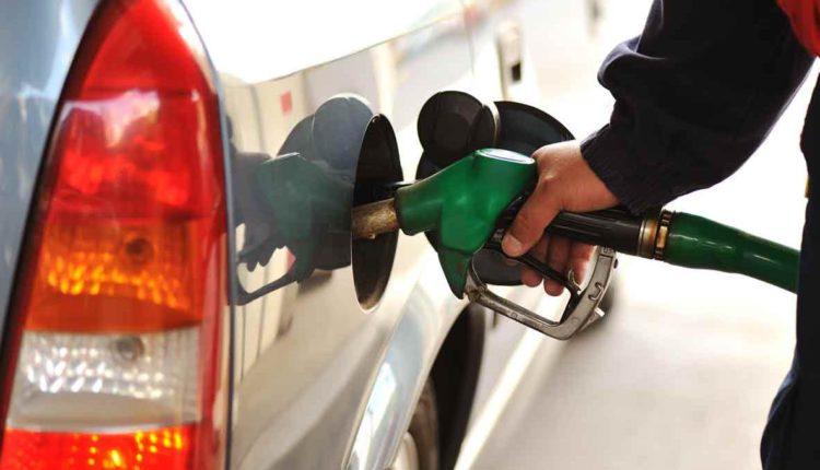 Россияне ездят заправлять автомобили в Казахстан, где на АЗС российских компаний бензин стоит вдвое дешевле. ВИДЕО