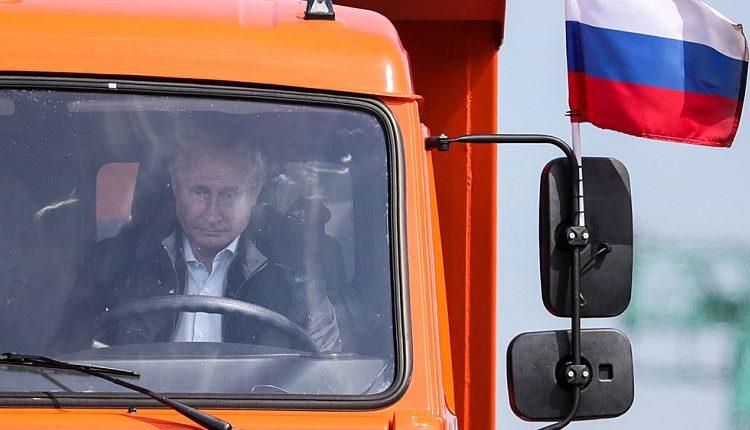 Россиянина, критиковавшего Путина за поездку на КамАЗе без ремня безопасности, оштрафовали на 15 тысяч рублей