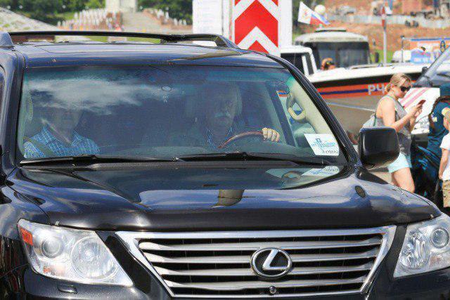 "«Сектор ""штраф"" на барабане». Якубович на Lexus прокатился по тротуару в Чебоксарах. ФОТО"