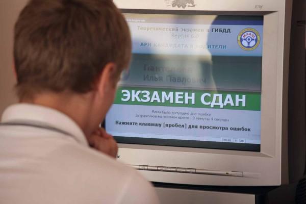 Директор крупнейшей челябинской автошколы и инспектор ГИБДД задержаны за взятку