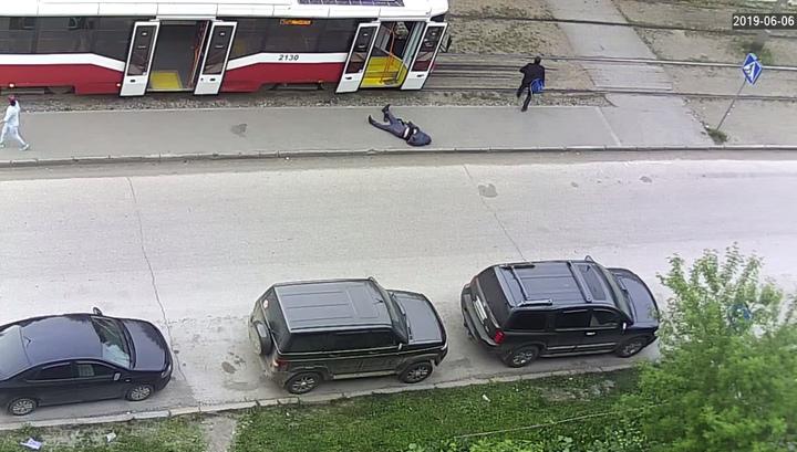 Пассажира с инсультом выкинули из трамвая и оставили умирать на дороге. ВИДЕО