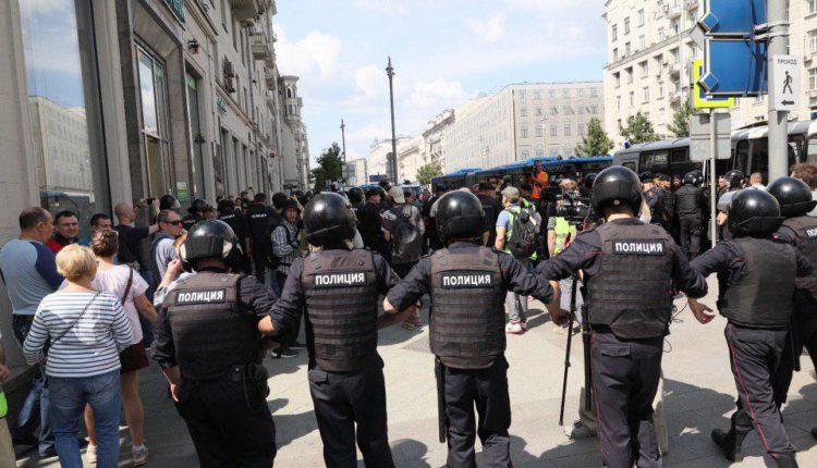 Силовики «расчистили» территорию у московской мэрии, пакуют народ в автозаки. ФОТО