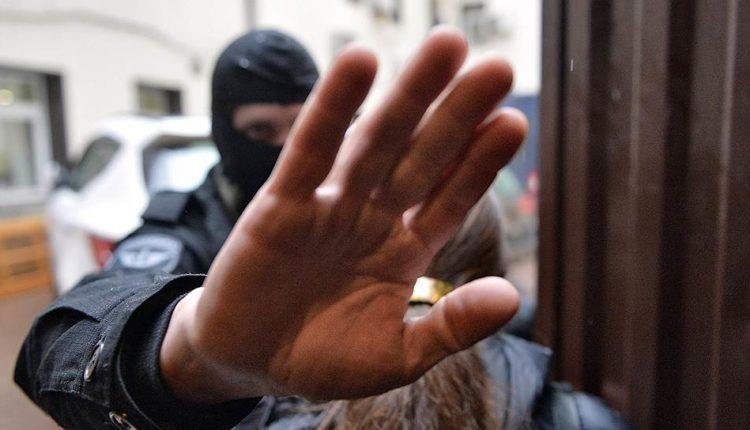 Сотрудники ФСБ и центра «Э» пришли с обысками к участникам митинга 27 июля