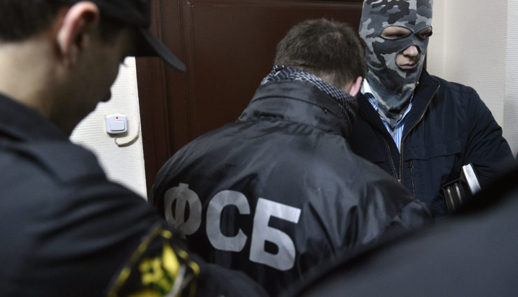 В Екатеринбурге силовики пришли с обысками к активистам, принимавшим участие в акции протеста в сквере