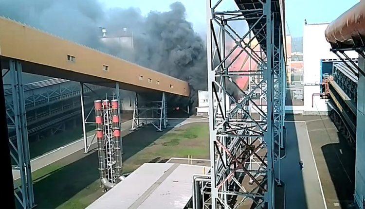 На комбинате олигарха Рашникова загорелась аглофабрика, открытая Путиным на прошлой неделе. ВИДЕО