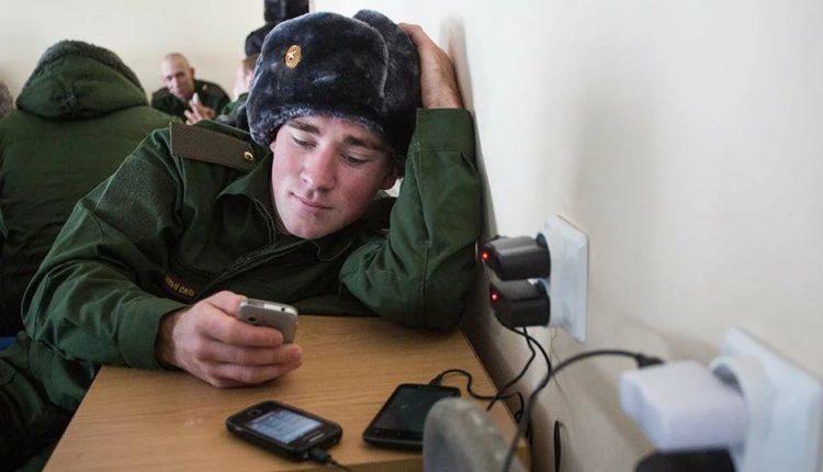 Ношение смартфона в армии приравняют к дедовщине