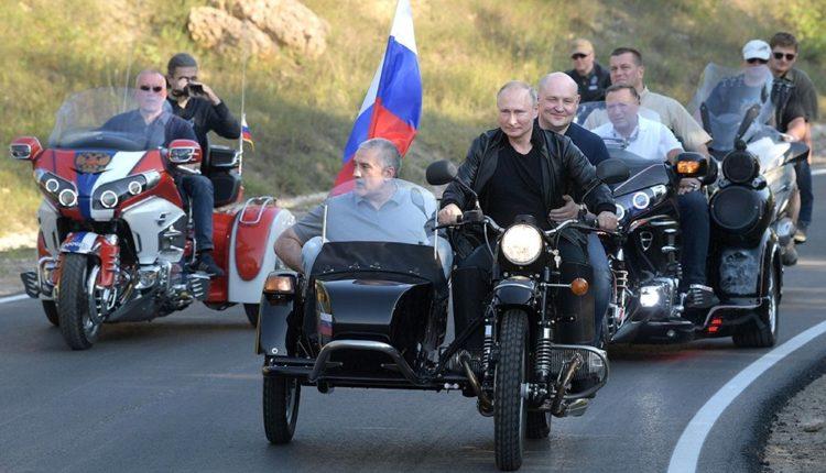 Президента Путина потребовали привлечь к административной ответственности за езду без шлема