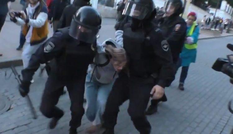 Раскрыто имя полицейского, ударившего задержанную девушку после митинга оппозиции