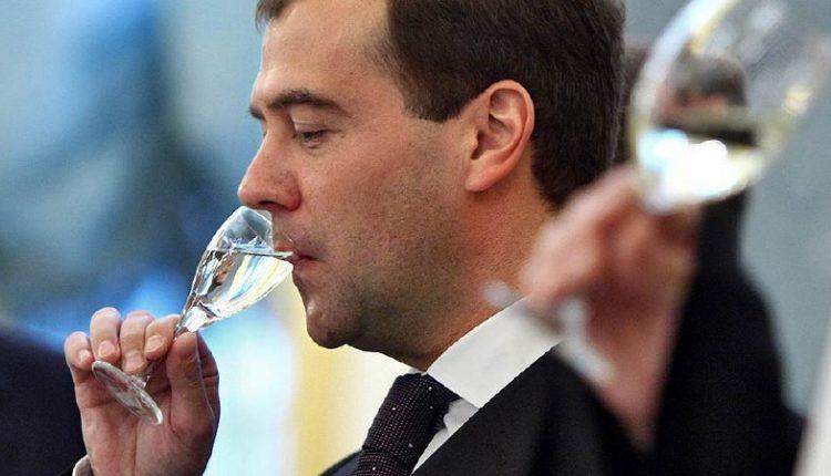 Дмитрий Медведев производит самогон в своей неформальной резиденции из расследования Навального. ФОТО
