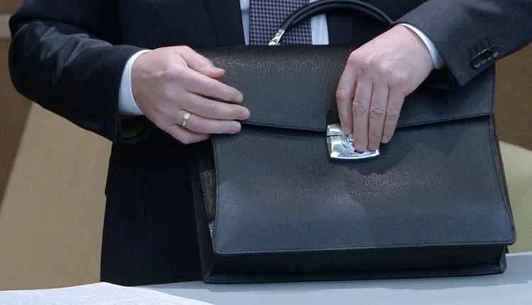 Российских чиновников начнут массово увольнять, чтобы повысить зарплату оставшимся