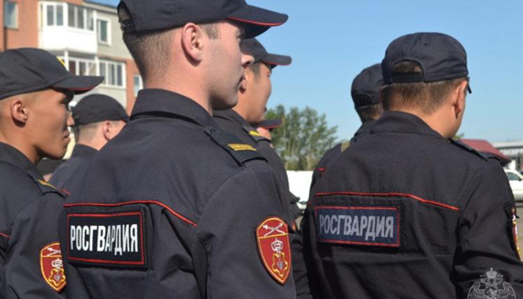 В Улан-Удэ росгвардейцы кинули дымовую шашку в автобус, в котором спали протестующие. ВИДЕО
