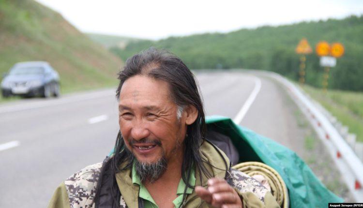 Вооруженные автоматами силовики провели спецоперацию по задержанию якутского шамана, который шел в Москву изгонять Путина. ВИДЕО