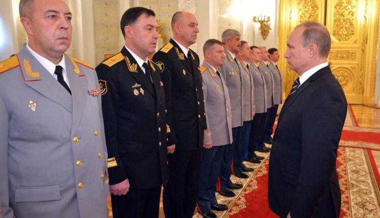 Путин распорядился уволить почти три десятка высокопоставленных силовиков