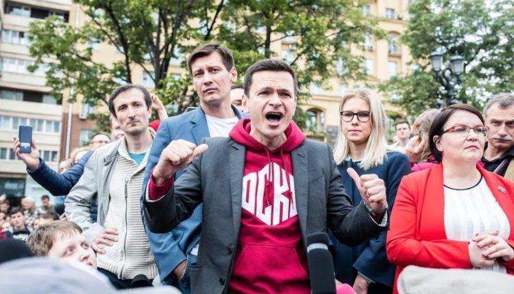 Оппозиционных кандидатов в Мосгордуму решили не пускать на выборы после опросов, предрекавших их победу