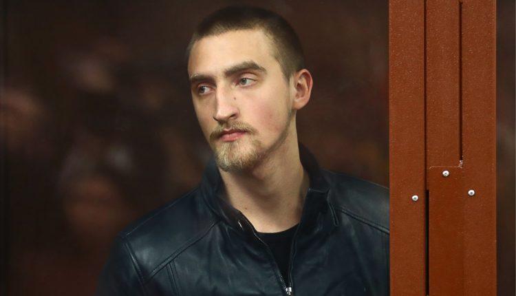 Актер Павел Устинов, при задержании которого росгвардеец вывихнул плечо, получил 3,5 лет колонии