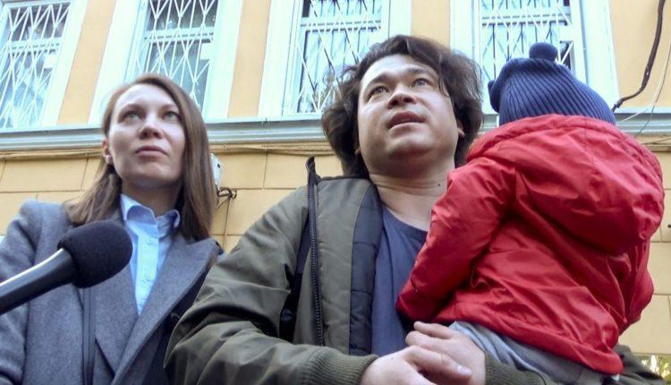 Прокуратура продолжает настаивать на лишении родительских прав супругов, случайно оказавшихся на несогласованной акции 27 июля