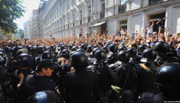 Московская полиция решила взыскать с оппозиционеров 18 млн рублей, потраченных на разгон акций протеста