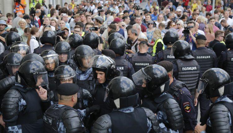 Разгонявший митинг полицейский отказался быть потерпевшим от звука удара пластиковой бутылки и уволился из МВД