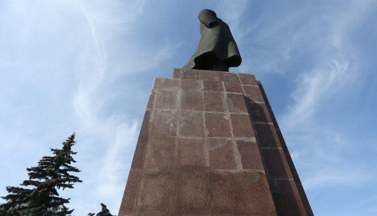 В Челябинске Следственный комитет возбудил уголовное дело о халатности при ремонте памятника Ленину