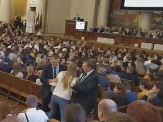 Студентов МГУ, задавших неудобный вопрос ректору Садовничему, задержали силовики. ВИДЕО