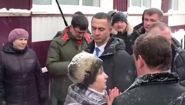 «Хотели сильно унизить». Пенсионерка упала на колени перед Медведевым из-за подножки его охранника