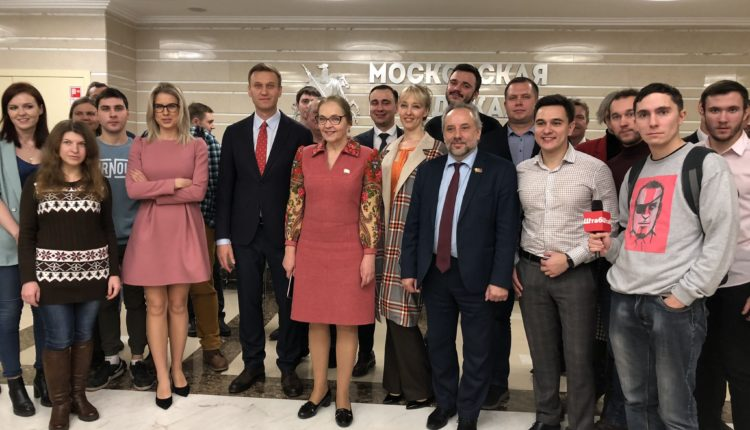 Провокатор сломал дверь депутату Мосгордумы в ходе мероприятия с участием Навального
