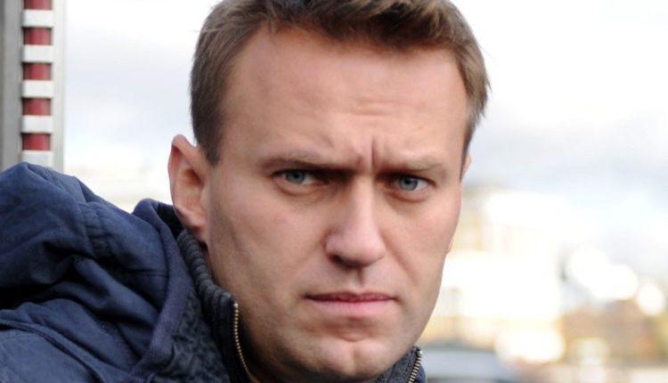 Более половины россиян относятся к Навальному безразлично