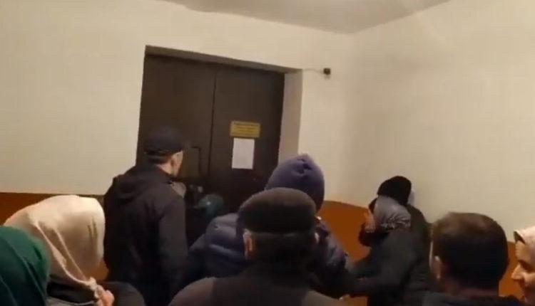 Жительницы Хасавюрта пытались выломать дверь в офис «Газпрома» из-за плохого отопления. ВИДЕО