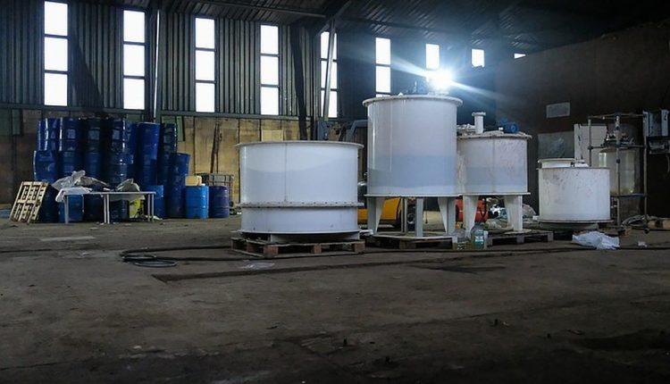 В крохотном поселке под Петербургом участковый случайно обнаружил самую мощную в России нарколабораторию. Стоимость найденных там «веществ» – 7 млрд рублей