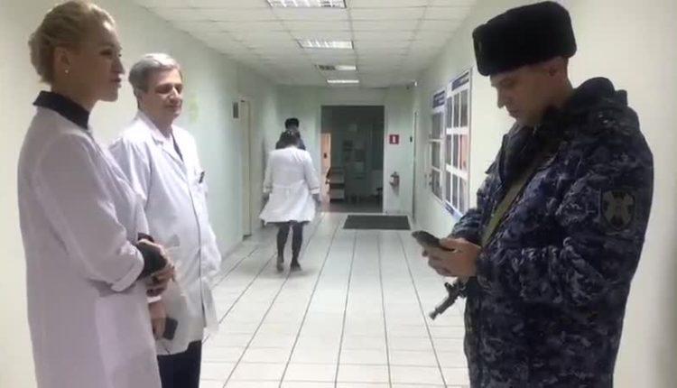 «Выбрасывают на улицу, прикрываясь силовиками». Для увольнения врачей в столичную больницу прислали полицию и Росгвардию