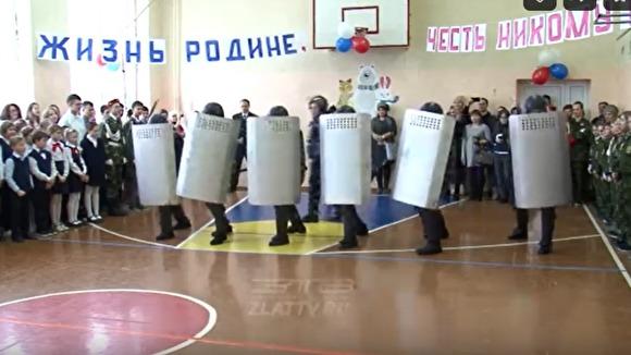 В Челябинской области спецназ ФСИН продемонстрировал школьникам силовые приемы разгона митингующих. ВИДЕО