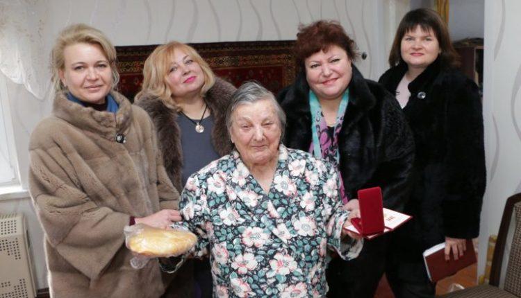 Керченские чиновницы, подарившие ветеранам хлеб, уволились после возникшего скандала
