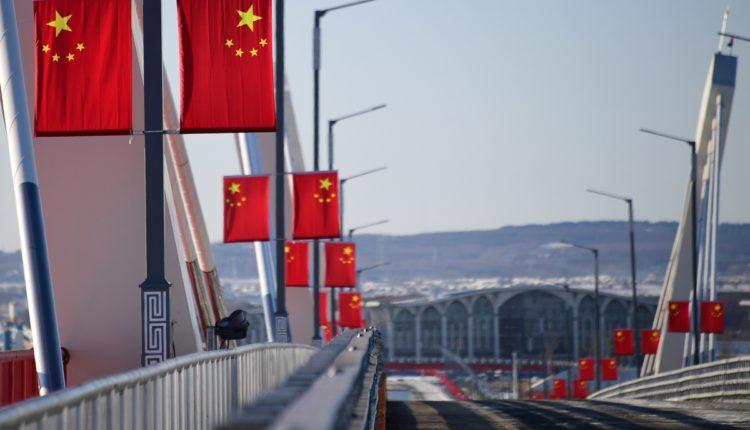 Российские власти решили закрыть автомобильную и пешеходную границу с Китаем