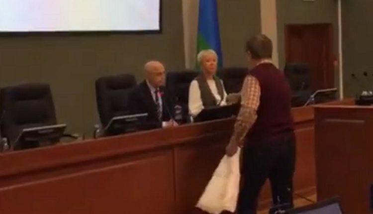 В Карелии пенсионер вручил депутатам туалетную бумагу из-за прибавки в 21 рубль. ВИДЕО