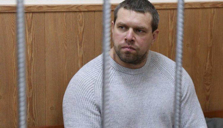 Следствие поставило вопрос об освобождении из-под ареста экс-полицейского, признавшегося в подбросе наркотиков Голунову