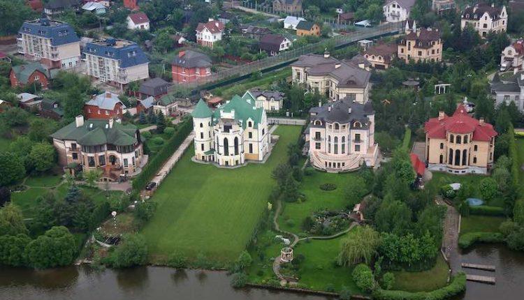 Половина жителей Рублевки – чиновники, депутаты и прочие «государевы люди». Стоимость их недвижимости – 1,3 трлн рублей
