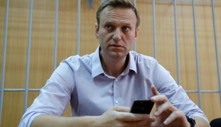 К Навальному домой явились приставы. Они потребовали удалить расследование ФБК о завышенных ценах на продукты для Росгвардии