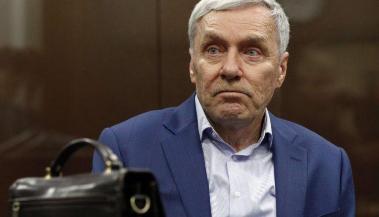 Осужденный за растрату отец полковника-миллиардера Захарченко вышел на свободу