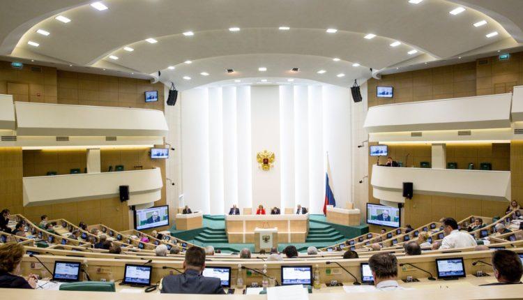 Совет Федерации почти единогласно одобрил поправки к Конституции, позволяющие обнулить президентские сроки Путина