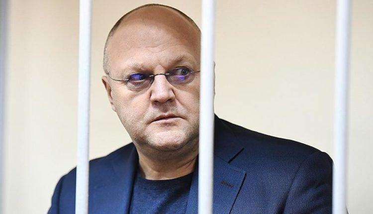 Экс-главу московского управления Следственного комитета Александра Дрыманова приговорили к 12 годам за крупные взятки от криминального авторитета