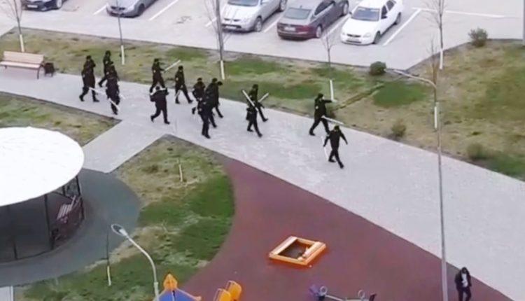 Чеченским полицейским выдали пластиковые трубы, чтобы лупить нарушителей режима самоизоляции. ВИДЕО