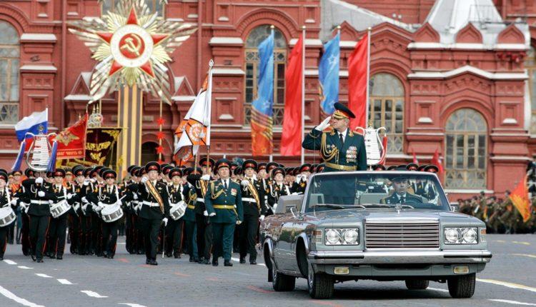 В Кремле задумались о переносе парада Победы на осень
