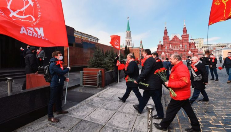 Коммунисты проведали Ленина в мавзолее, несмотря на режим всеобщей изоляции