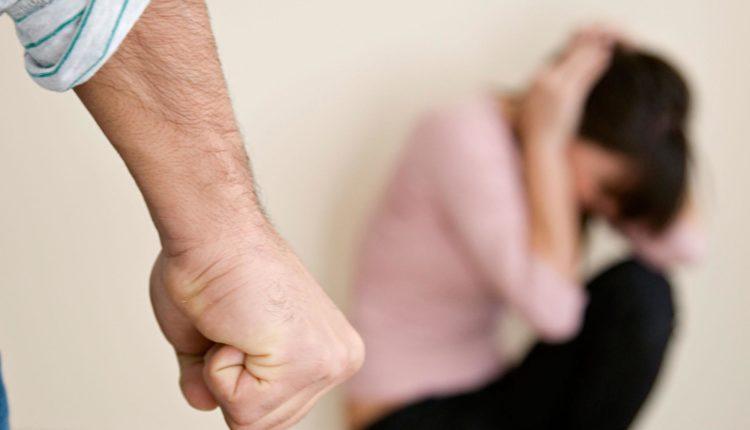 На фоне самоизоляции в России более чем в несколько раз выросло количество жалоб на домашнее насилие