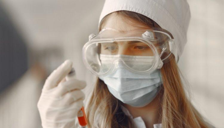 Медсестру коронавирусной больницы наказали за прозрачный защитный костюм поверх бикини. ФОТО