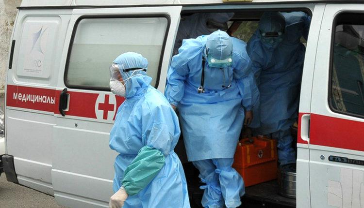В Сибири водитель скорой помощи получил надбавку в 250 рублей за перевозку больных коронавирусом